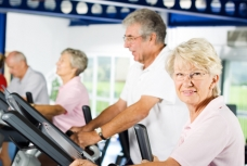 Pratiquer une activité physique régulière améliore les symptômes de la maladie de Parkinson.